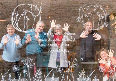Chantier - décoration de la vitrine du Café